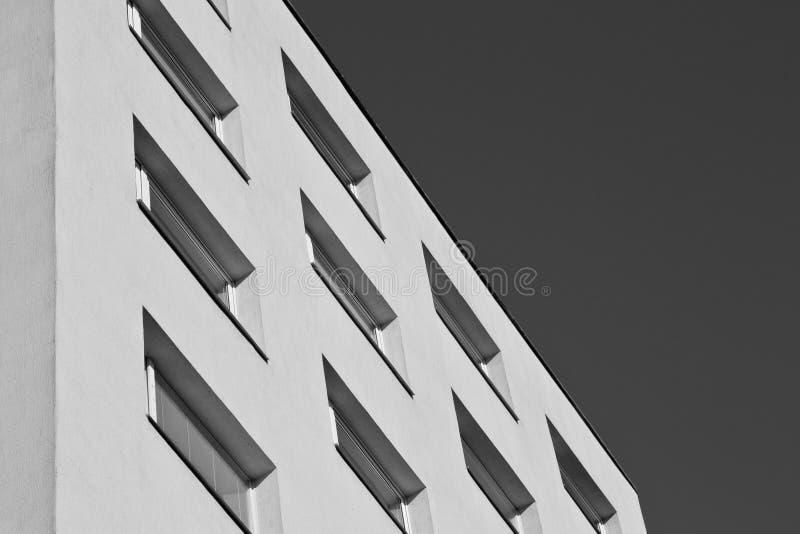 Edificio blanco negro imágenes de archivo libres de regalías