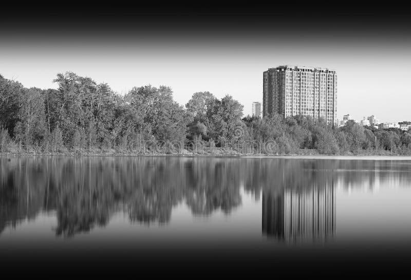 Edificio blanco y negro en el contexto del río imágenes de archivo libres de regalías