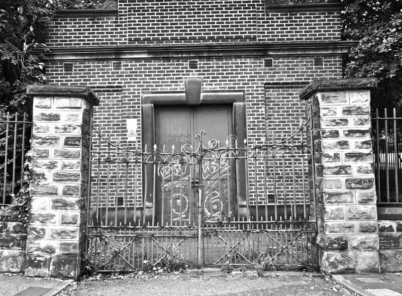 Edificio bloqueado industrial inusitado viejo imagen de archivo libre de regalías