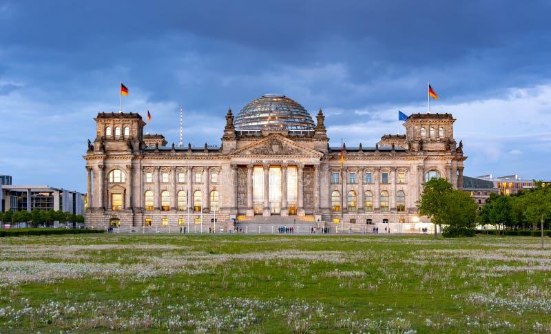 Edificio Bundestag - Parlamento di Reichstag della Germania a Berlino al tramonto immagini stock libere da diritti