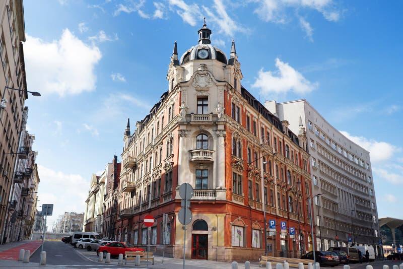 Edificio característico en el centro de ciudad de Katowice, Silesia, Polonia foto de archivo