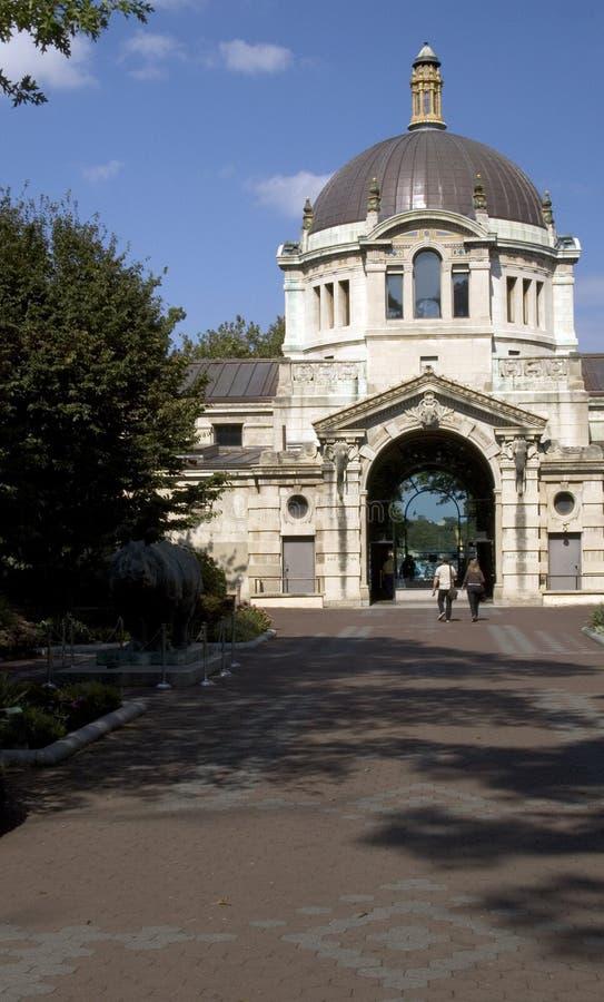 Edificio clásico del centro del parque zoológico de Bronx foto de archivo libre de regalías