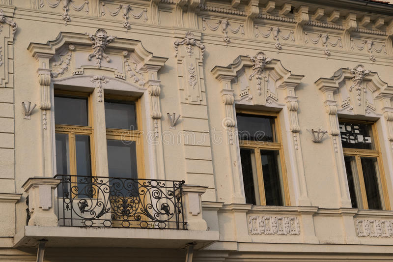 Edificio clásico del estilo arquitectónico en Brasov, Rumania, Transilvania, Europa foto de archivo
