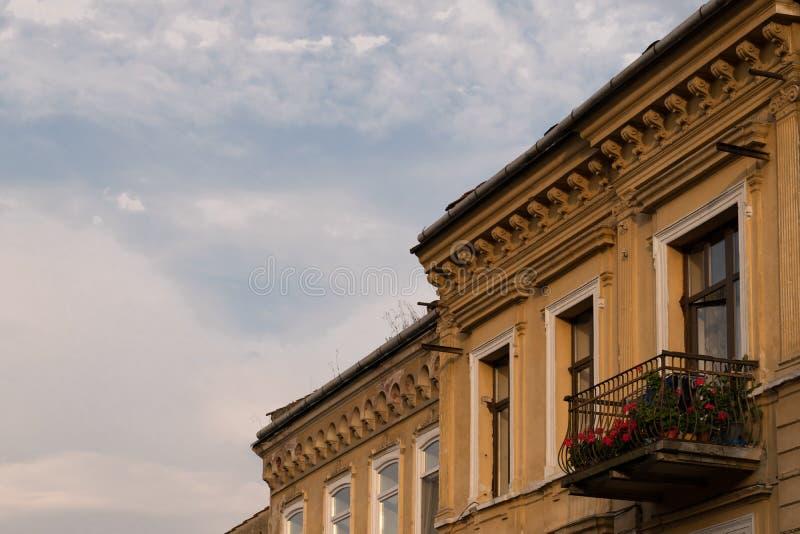 Edificio clásico del estilo arquitectónico en Brasov, Rumania, Transilvania, Europa foto de archivo libre de regalías