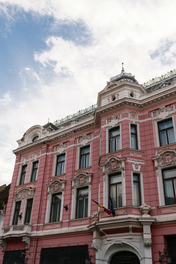 Edificio clásico del estilo arquitectónico en Brasov, Rumania, Transilvania, Europa imagen de archivo