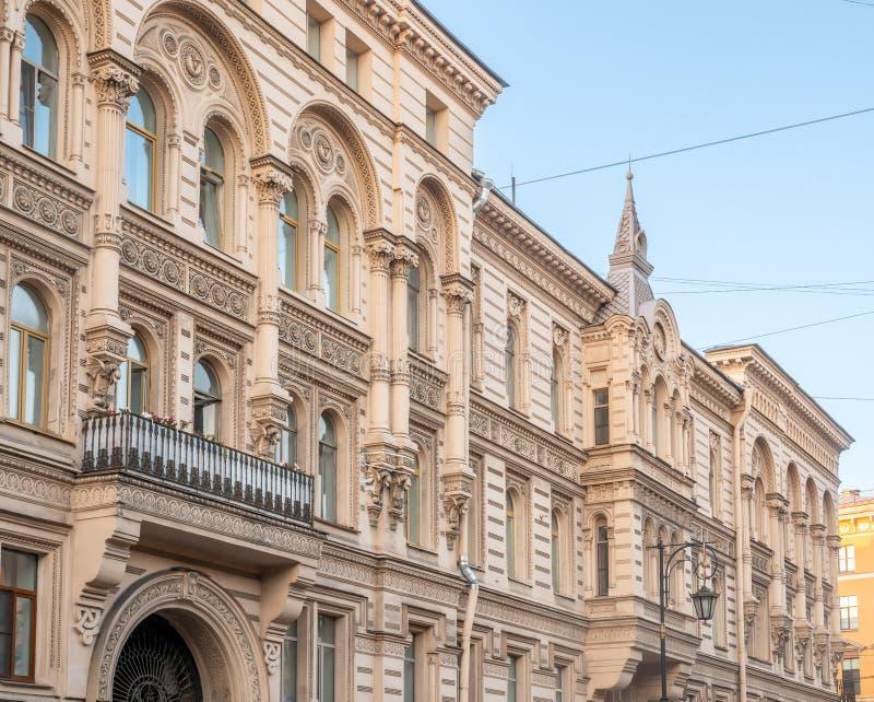 Edificio clásico en St Petersburg, Rusia imagen de archivo