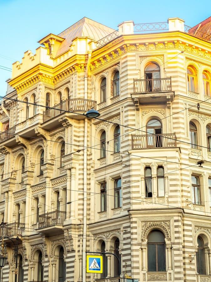 Edificio clásico en St Petersburg, Rusia fotografía de archivo