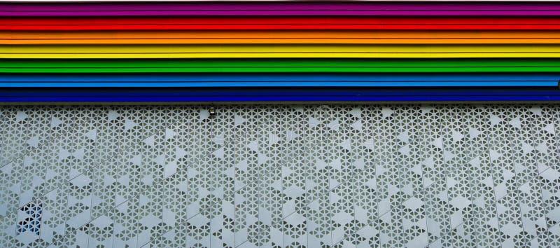 Edificio coloreado arco iris fotografía de archivo libre de regalías