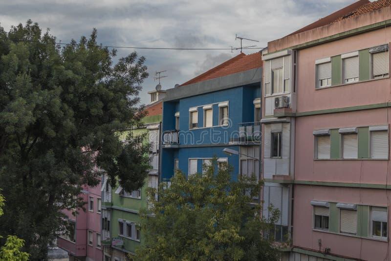 Edificio colorido en la ciudad del amadora, Portugal fotografía de archivo
