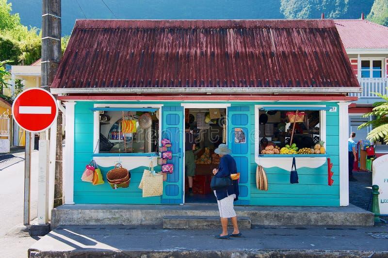 Edificio comercial colorido del recuerdo y de la fruta en la ciudad de Fond de Rond Point en Saint Denis De La Reunion, Francia fotografía de archivo libre de regalías