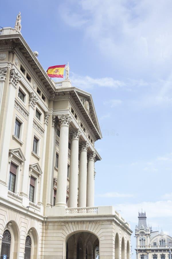Edificio con agitar la bandera española foto de archivo libre de regalías
