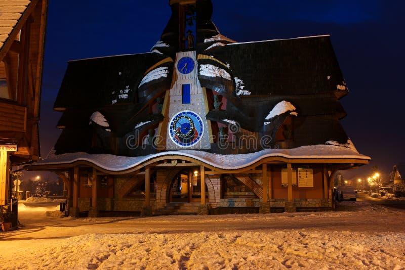 Edificio con el reloj astronómico imagen de archivo