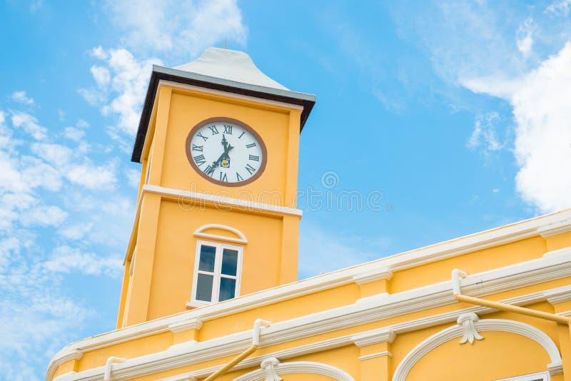 Edificio con la torre de reloj en estilo Chino-portugués contra azul imagen de archivo libre de regalías
