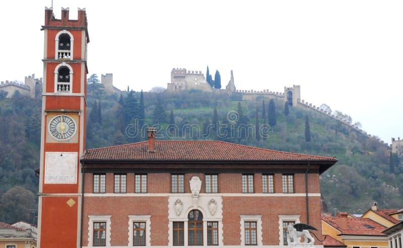 Edificio con la torre y el león con alas en Marostica en Vicenza en Véneto (Italia) fotos de archivo