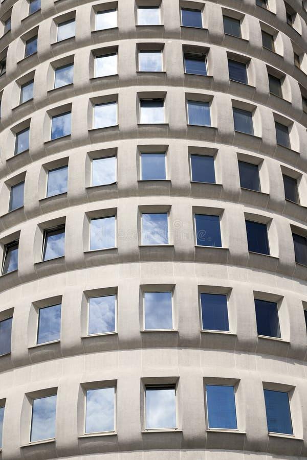 edificio con las ventanas cerradas imagen de archivo