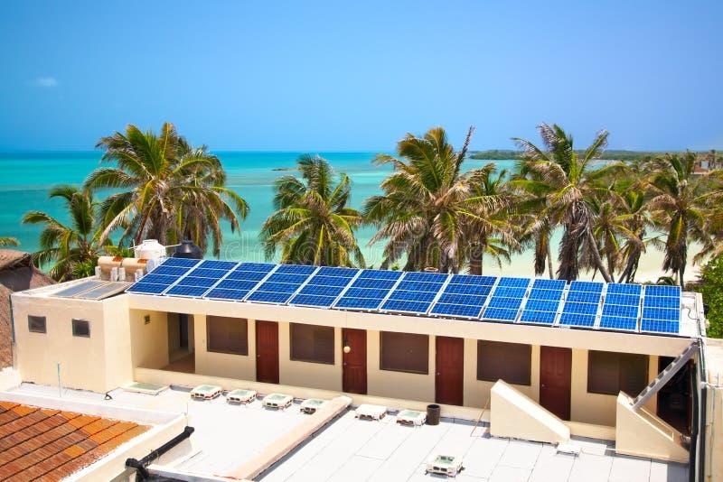 Edificio con un panel solar fotos de archivo
