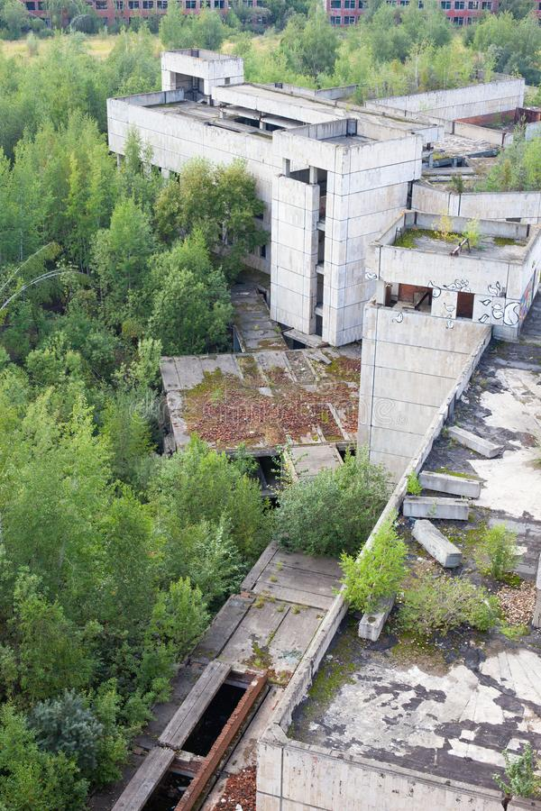 Edificio concreto derrumbado viejo grande foto de archivo libre de regalías