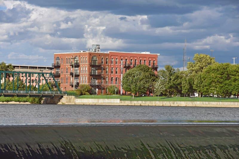 Edificio in condominio del mattone sul fiume fotografia stock
