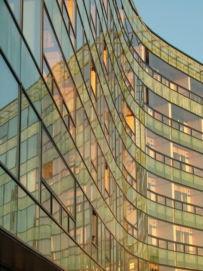 Download Edificio In Condominio Moderno Immagine Stock - Immagine di riflessione, costruzione: 208469