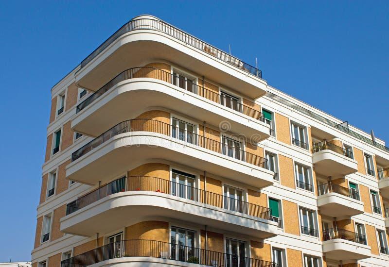 Edificio in condominio moderno immagini stock