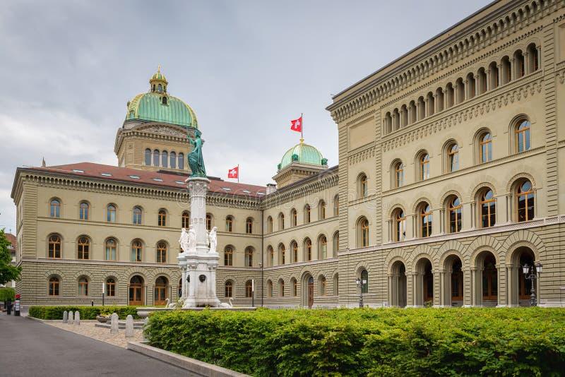Edificio contemporáneo arquitectónico del parlamento suizo, capital en Berna, Suiza Destinaci?n del recorrido foto de archivo