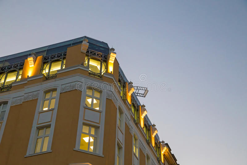 Edificio contra el cielo de la tarde imagen de archivo libre de regalías