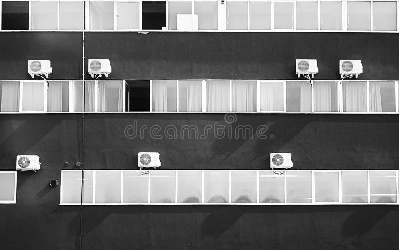 Edificio controllato dal clima con molte unità e finestre immagini stock