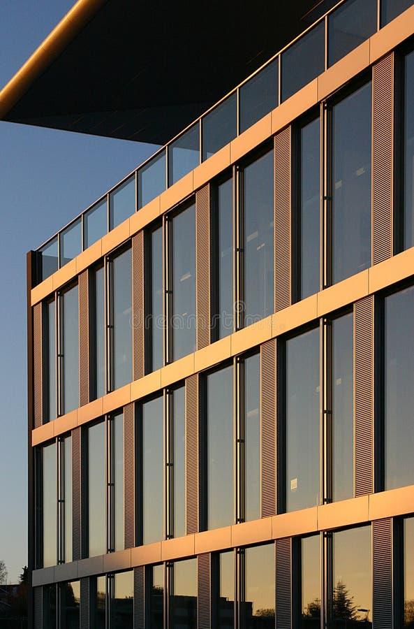 Edificio corporativo en la puesta del sol fotos de archivo