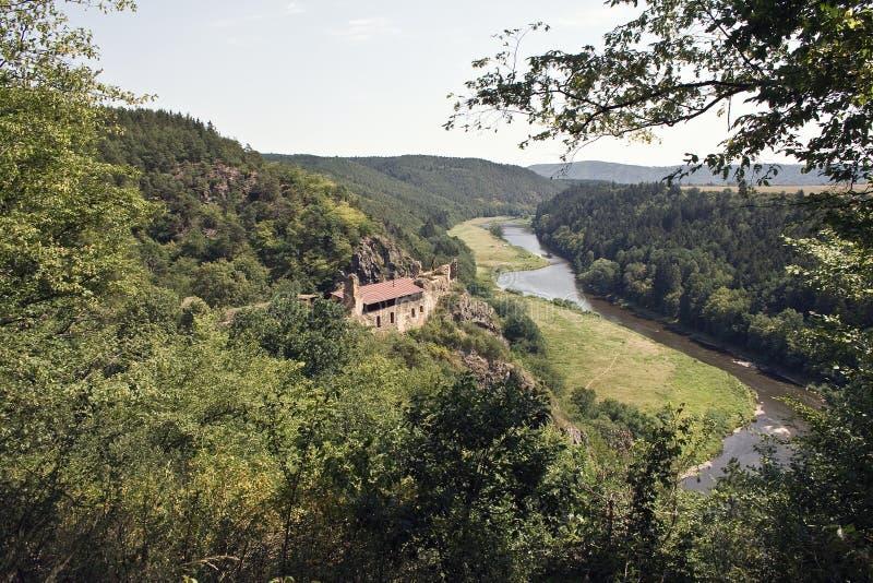 Edificio costruito sulla montagna dal fiume fotografia stock libera da diritti