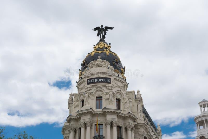 Edificio cubierto con una cúpula con la estatua del ángel, metrópoli en Madrid imagen de archivo libre de regalías
