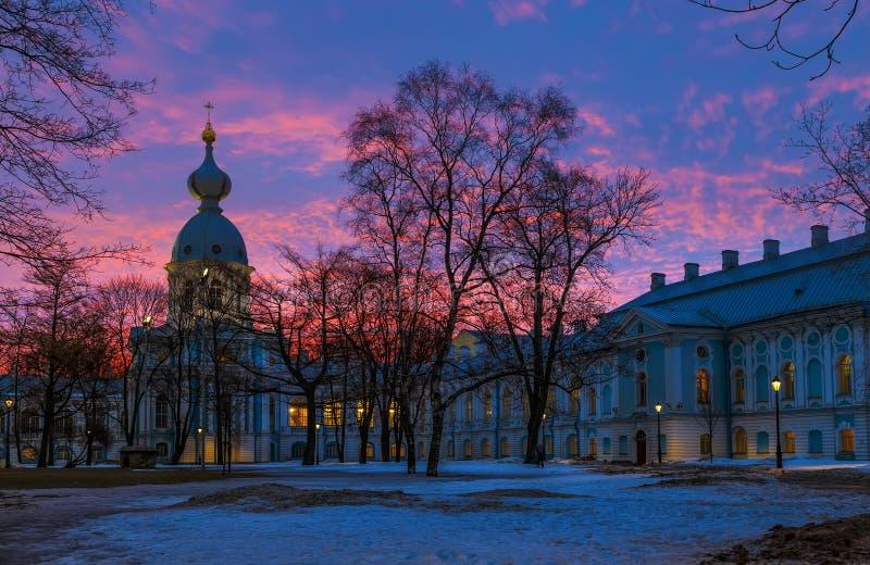Edificio cultural histórico en estilo barroco, St Petersburg, Rusia Salida del sol, mañana temprana del invierno Destinos del via imagen de archivo