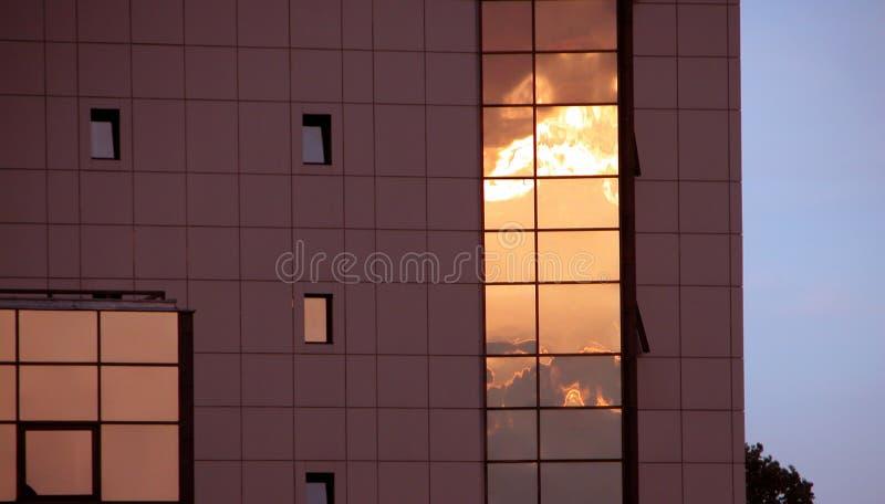 Edificio de alta tecnología en la puesta del sol