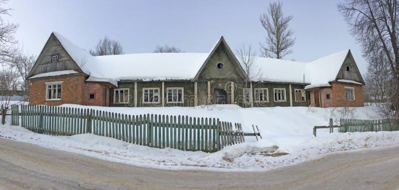 Edificio de apartamentos de madera construido en el tiempo de Stalin Ciudad de Iksha, región de Moscú foto de archivo libre de regalías