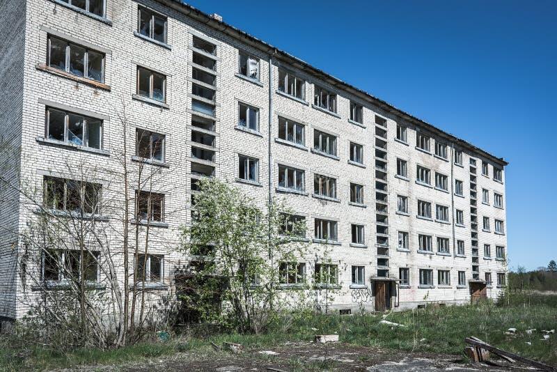 Edificio de apartamentos soviético abandonado imagen de archivo