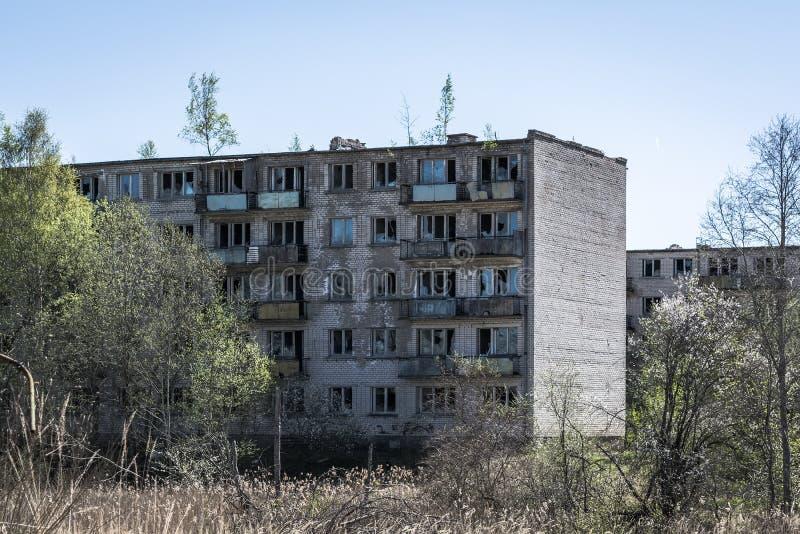Edificio de apartamentos soviético típico en Skrunda 1 imagen de archivo libre de regalías