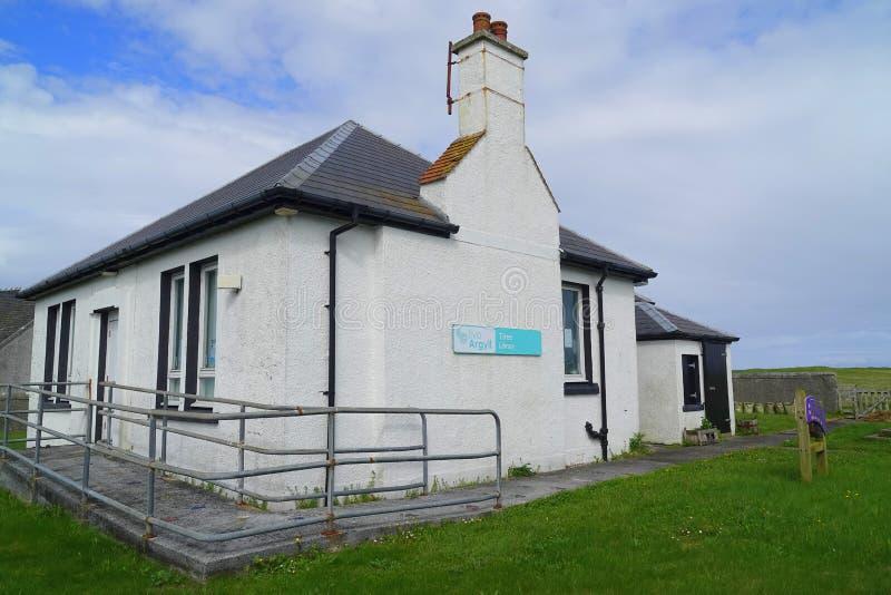 Edificio de biblioteca en la pequeña isla imagenes de archivo