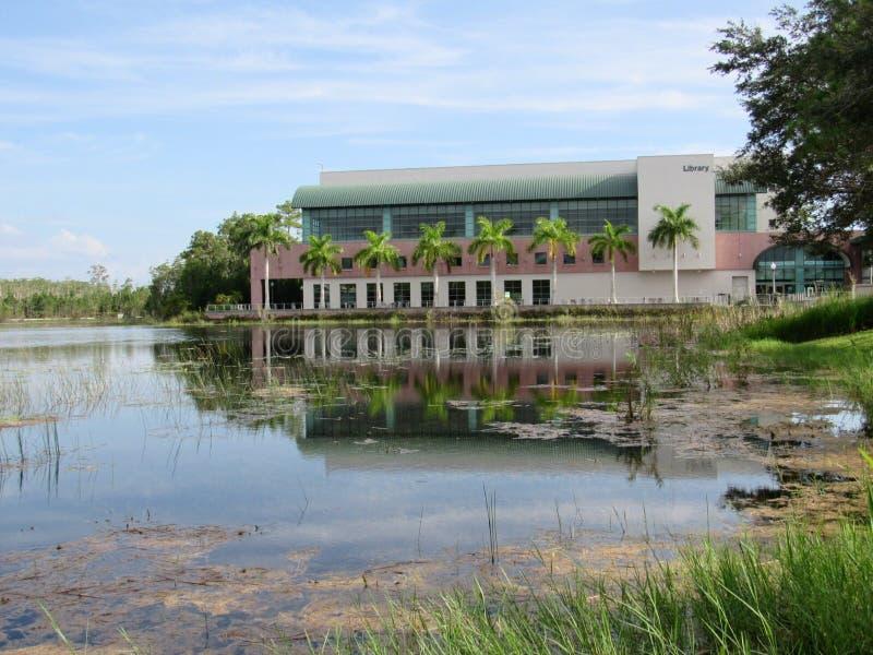 Edificio de biblioteca que refleja a través de un lago imagen de archivo