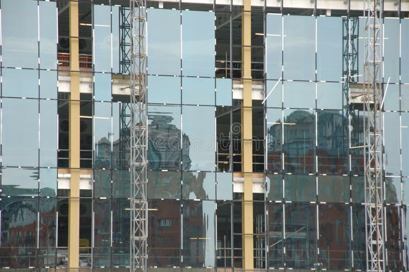 Edificio de cristal con la vieja reflexión del edificio fotos de archivo libres de regalías
