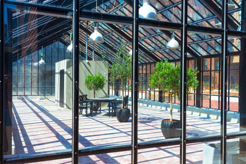 Edificio de cristal con los árboles hermosos Un lugar a relajarse Configuraci?n moderna imagen de archivo