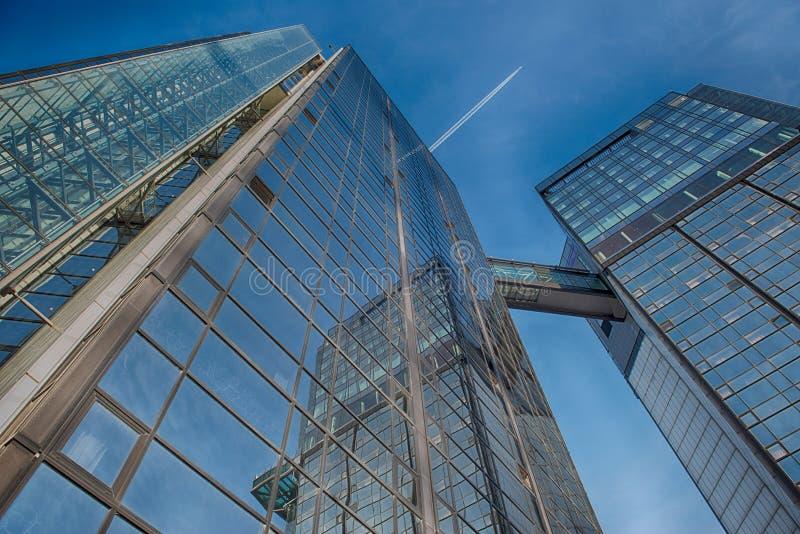 Edificio de cristal de la oficina en extracto fotos de archivo libres de regalías