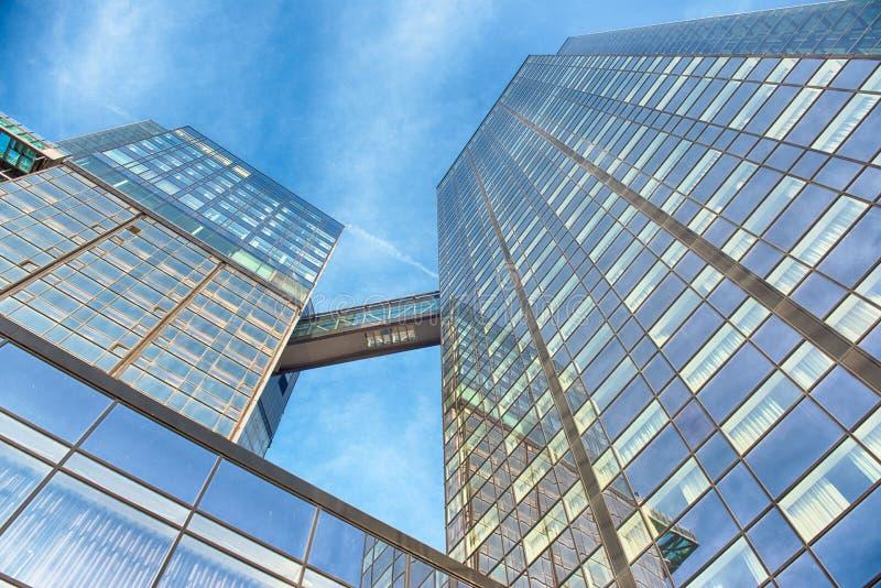 Edificio de cristal de la oficina en extracto foto de archivo