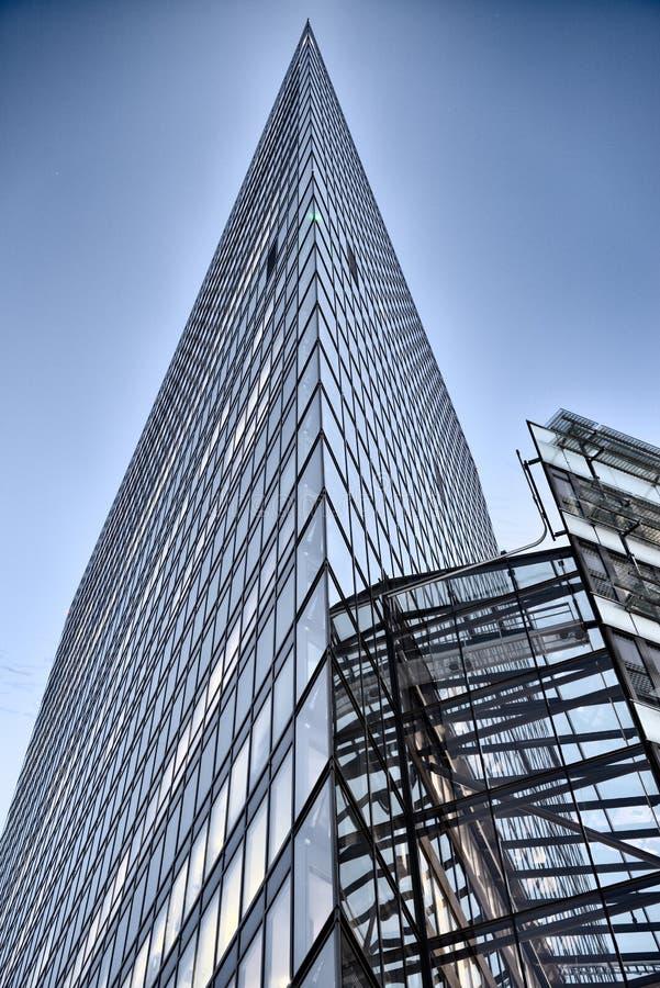 Edificio de cristal de la oficina en extracto imagen de archivo