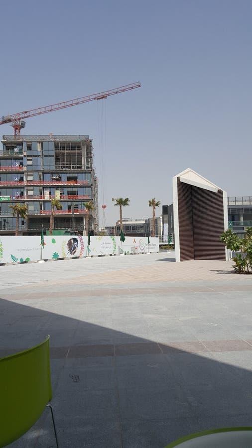 Edificio de cristal del panel y x28; Debajo de Construction& x29; foto de archivo