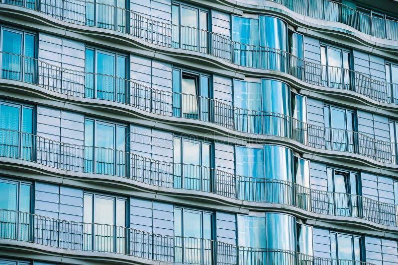Edificio de cristal moderno con la verja de un hotel fotos de archivo