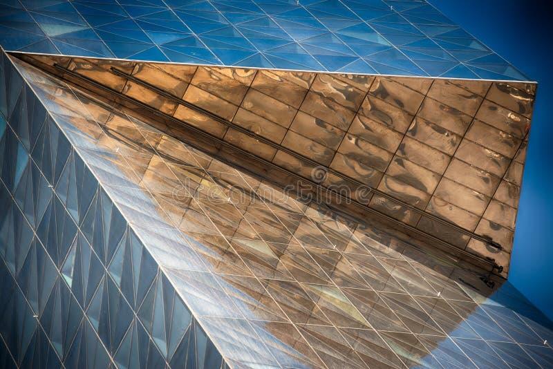 Edificio de cristal moderno en extracto imágenes de archivo libres de regalías