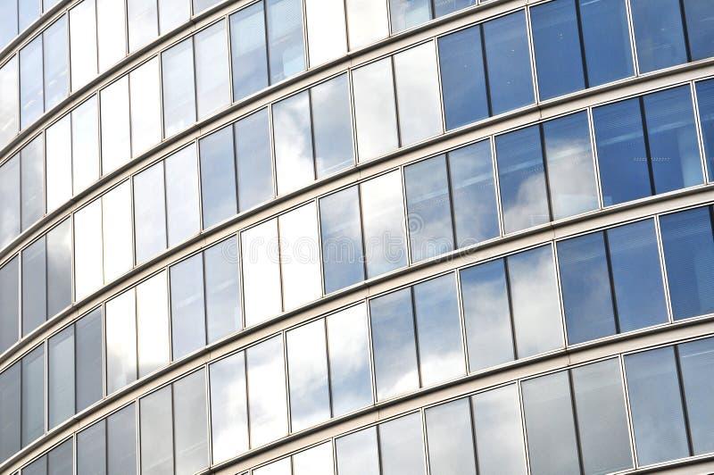 Edificio de cristal reflexivo de la oficina de negocios imagen de archivo libre de regalías