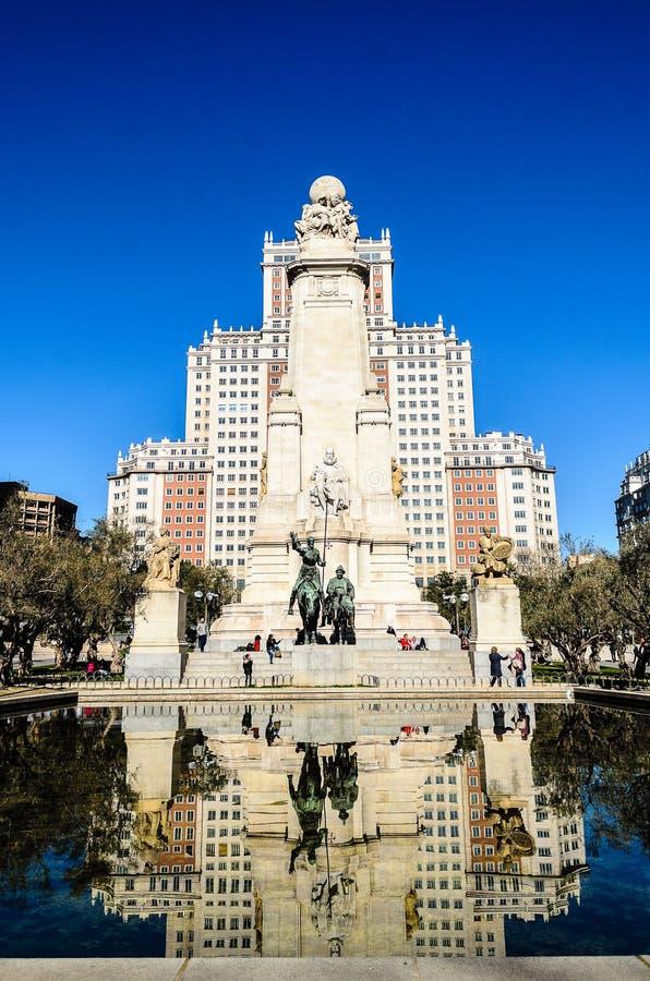 Edificio de España y estatua de Quijote foto de archivo