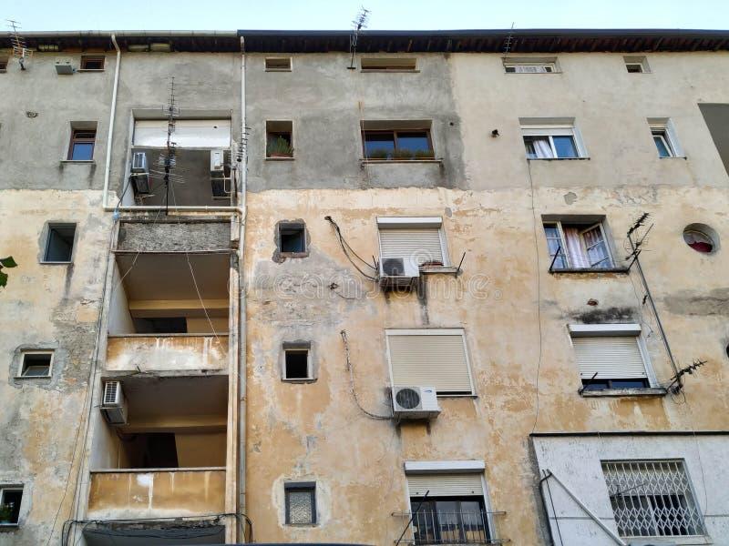 Edificio de estilo comunista antiguo con apartamentos y estilo arquitectónico histórico en un pequeño pueblo europeo fotos de archivo libres de regalías
