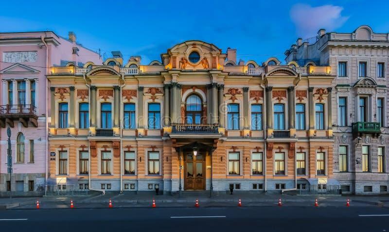 Edificio de Gazprom en el terraplén inglés en la puesta del sol en St Petersburg, Rusia imagen de archivo libre de regalías