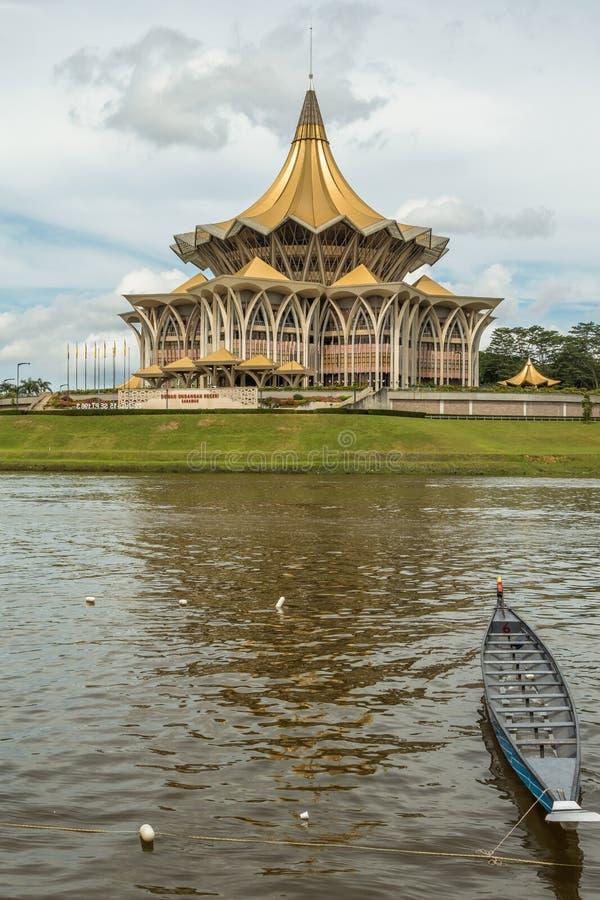 Edificio de Kuching, de Malasia, del parlamento y lanchas bajo regata del festival del agua foto de archivo